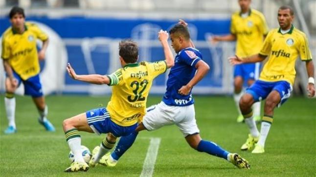 قوات مكافحة الشغب من أجل حماية الحكم من لاعبي بالميراس في الدوري البرازيلي