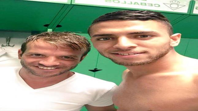 "عمرو طارق يظهر في صورة "" سلفي "" مع زميله في نادي بيتيس رافاييل فان در فارت"